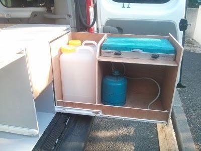 Meuble tiroir GAZ/EAU 2x19L de réserve d'eau propre, coin cuisine composé d'un réchaud Campingaz Kitchen 2 feux / plancha alimenté par bouteille Campingaz R907 - Renault Trafic II Passenger - cuisine extérieure intégrée dans un tiroir de 82cm montée sur coulisses à sortie totale