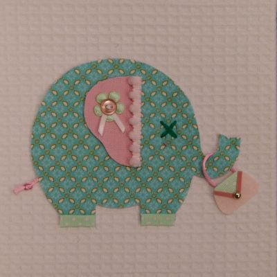 """Lief schilderijtje van MOEPA van een schattig """"shopping"""" olifantje met handtasje. Het olifantje is gemaakt van een stof met subtiel grafisch patroon in wit en azuurblauw. Het is afgewerkt met lichtroze en  mintgroene details. De ondergrond van het schilderijtje is wafelstof"""