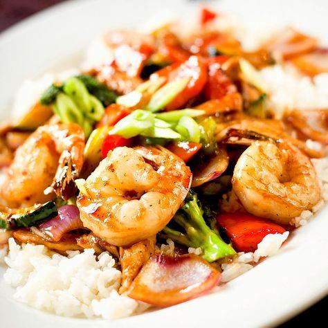 Rezept für Teriyaki Garnelen mit Reis Die Teriyaki-Sauce, zählt derzeit zu meinen liebsten asiatischen Gartechniken. Hier geht es um den glanzvollen gemeinsamen Auftritt von Garnelen und dem bekannten Gemüsetrio Broccoli, Paprika und Zucchini. Dazu gibt es Reis. http://einfach-schnell-gesund-kochen.de/rezept-fuer-teriyaki-garnelen-mit-reis/