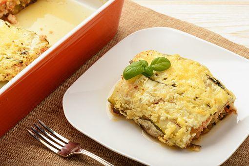 Ένα υπέροχο πεντανόστιμο πιάτο με κοτόπουλο και καλοκαιρινά, μεσογειακά λαχανικά. Μια εύκολη συνταγή για ένα πιάτο που η γεύση του καρυκευμένου κοτόπουλου