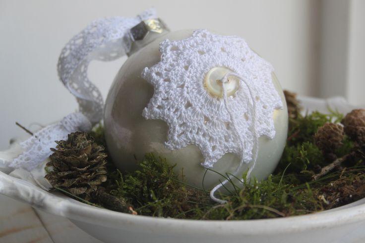 Gehaakte ster op kerstbal, ook leuk als hanger in de boom. http://haak-in.blogspot.nl/2013/11/ster-haken_13.html