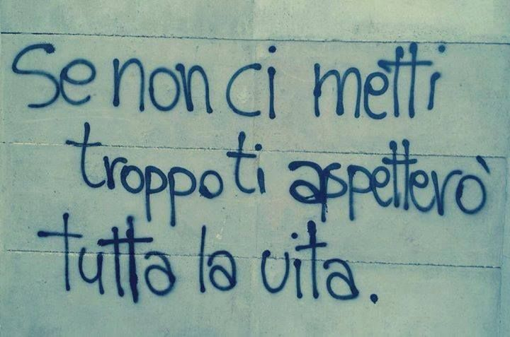 Frasi scritte sui muri e sui cartelli in città