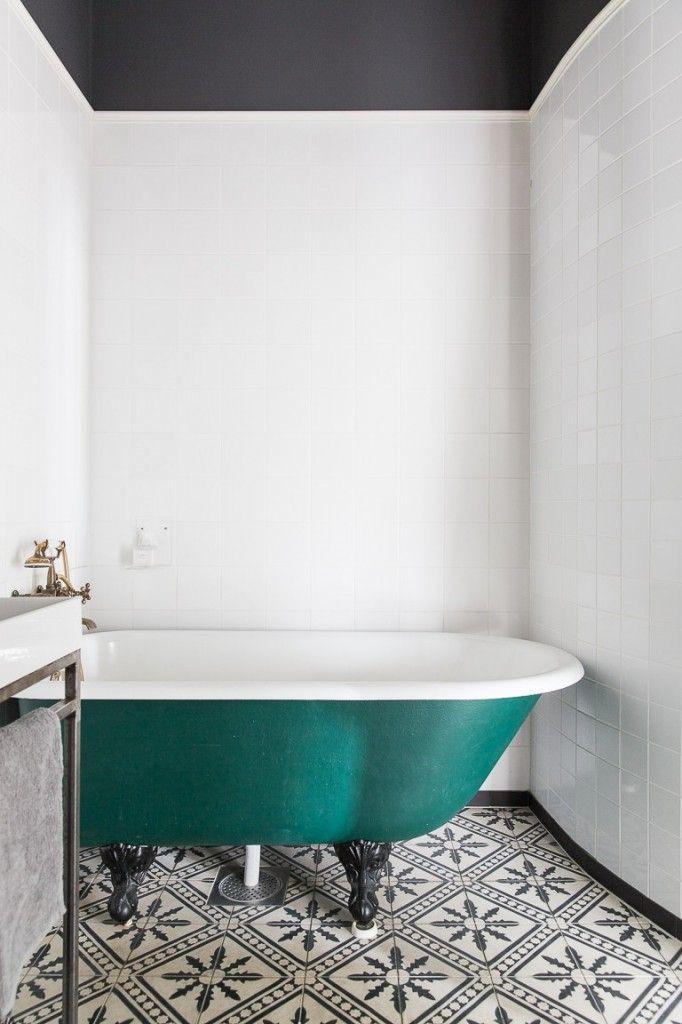 On aime la baignoire bleu canard qui tranche avec les carreaux de ciment de la salle de bains.
