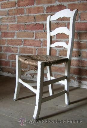 Silla antigua de madera pintada en blanco con asiento de enea, el asiento necesita restauración, 47 €