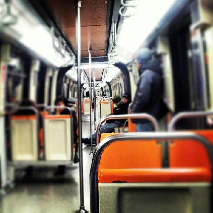 Metro de Santiago...vagones a medio llenar