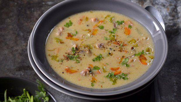 Pořádná drůbeží polévka přijde vhod i s prvními náznaky tepla. S dobrým pečivem poslouží tato sytá smetanová varianta i jako celý oběd.