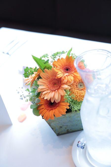春の装花 ブラッスリーポールボキューズ様へ オレンジのガーベラとかすみそう : 一会 ウエディングの花