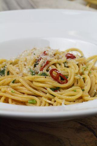 Chilispaghetti mit Knoblauch, Olivenöl und Petersilie   Foodina