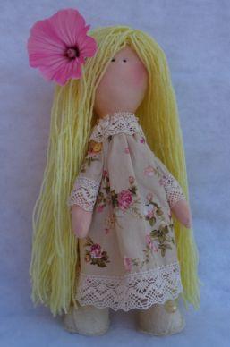 Egyedi, kézzel készített, egyedi textilbaba. A baba mérete 30 cm A baba testanyaga: pamut Ruha anyaga karton, halvány rózsás Ruha díszítése pamutcsipke Szeme hímezve Cipője  szürke Haja szálanként rögzítve A rózsaszín virág selyemmályva, elő virág díszítés, nem tartozik a babához.