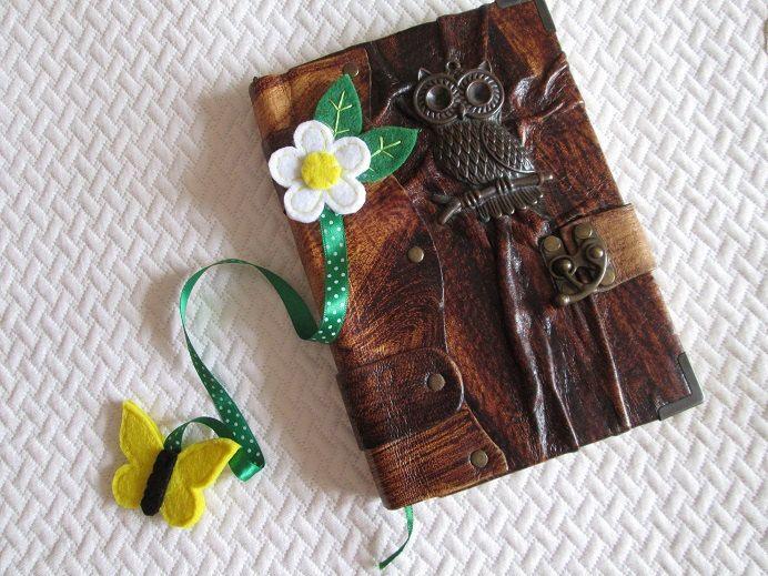 Flower bookmark - Spring - felt bookmark - Handmade Segnalibro con fiore in feltro, nastro verde a pois e farfalla - Regali per lettori - di TinyFeltHeart su Etsy