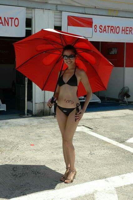 umbrella girl berbikini di sirkuit sentul. Bogor. Jawa Barat. Indonesia