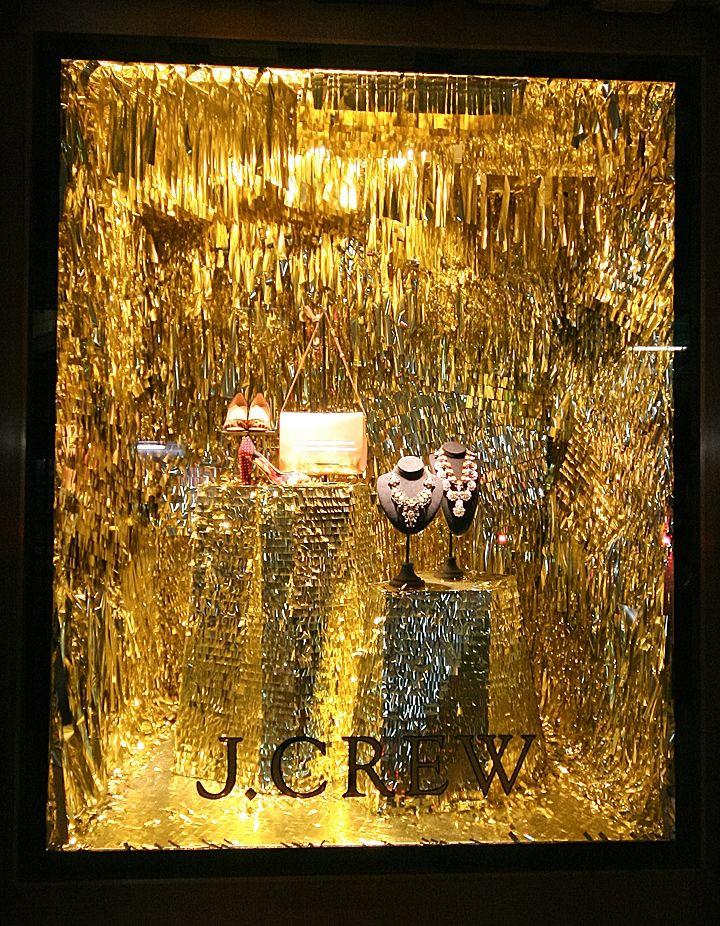 В ожидании волшебной сказки – золотистые рождественские витрины магазина одежды J.Crew в Лондоне, Великобритания