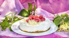 K létu patří nejen babiččiny koláče s lesním ovocem, ale i nepečené dezerty všeho druhu – kdo by v tom vedru taky chtěl stát u rozpálené trouby. Pojďte s námi vyzkoušet tenhle báječný cheesecake se sladkým bezovým sirupem a svěžími malinami!