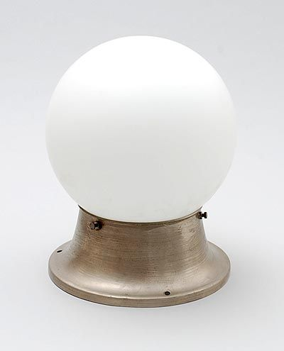 Metalen plafondlamp met witglazen bol Giso 102a ontwerp Willem Gispen 1928 uitvoering Gispen / Culemborg