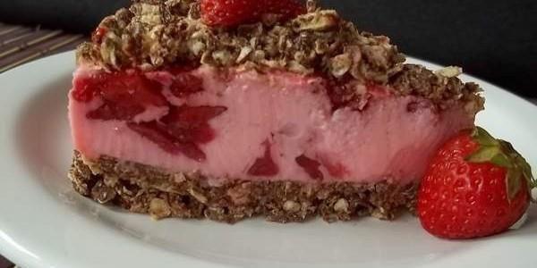 Torta de bis e morango - Ideal Receitas