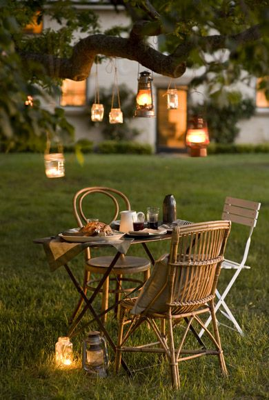 Coin intime voire romantique avec un salon de jardin en bois (baises et table)…