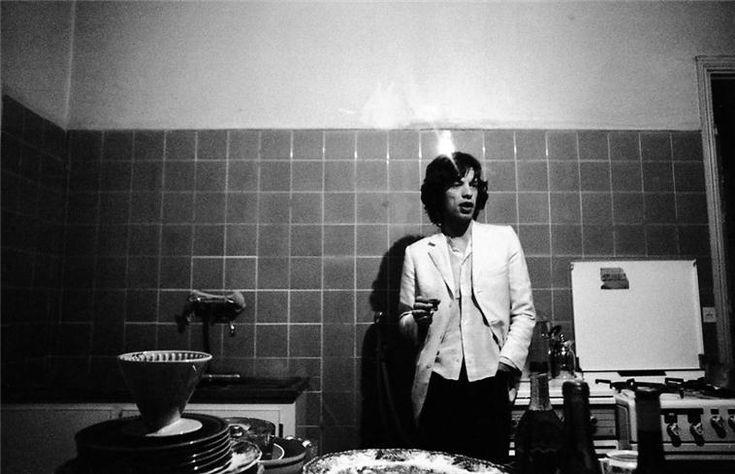 Mick Jagger in the kitchen at Villa Nellcotê, France 1971 © Michael Cooper