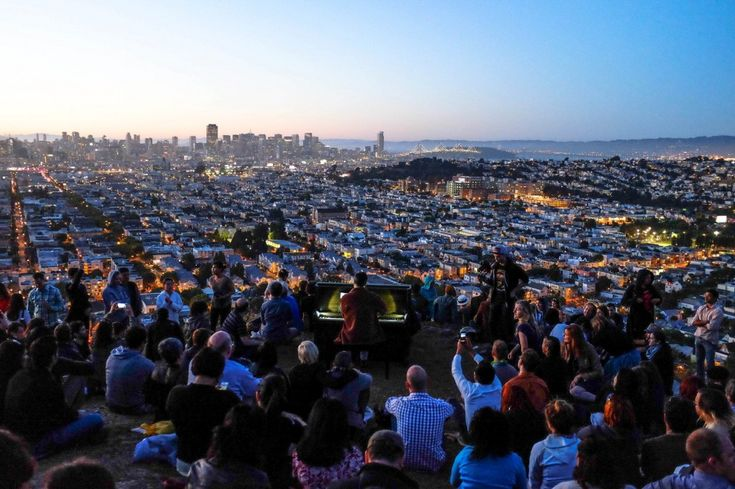 Da qualche giorno sulla collina che svetta sul quartiere di Bernal Heights, a San Francisco, c'è un pianoforte a disposizione di chiunque voglia suonarlo, per pochi minuti o per una sera intera. Proviene dall'ufficio di Todd, un abitante della città che avrebbe dovuto sbarazzarsene in