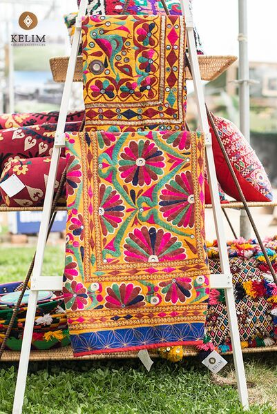 Llena de color y alegría tu casa con nuestros murales vintage bordados a mano por mujeres Rajasthani. La base de cada bordado es de algodón y los hilos utilizados son de seda.  Hermosos diseños florales disponibles en variados colores que puedes utilizar para cubrir una mesa, un sillón, usarlos de piecera o colgarlos detrás de tu cama o para llenar de estilo un muro.