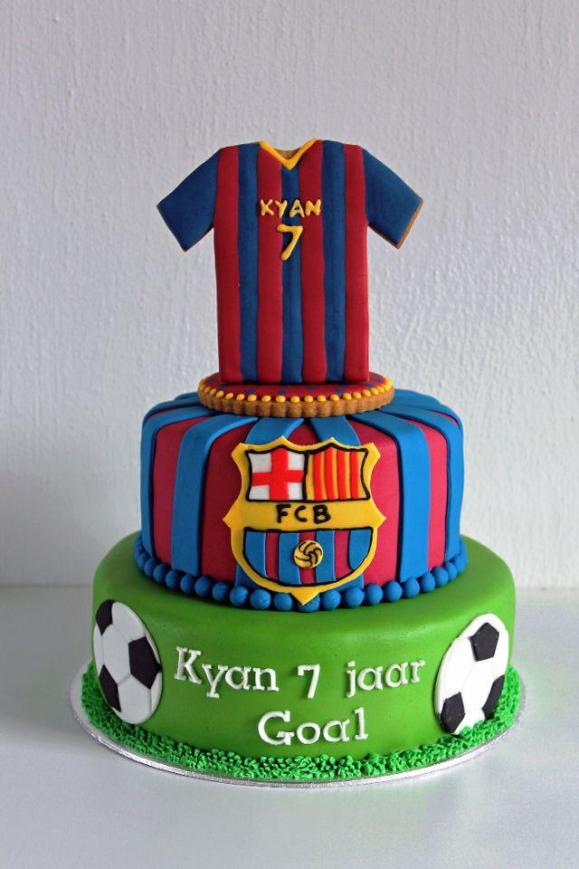 FC Barcelona taart met koek voetbal shirt. FC Barcelona cake with shirt cookie on top.