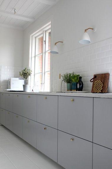Ikea Metod Veddige grå köksluckor med mässingsknoppar och vit stenskiva