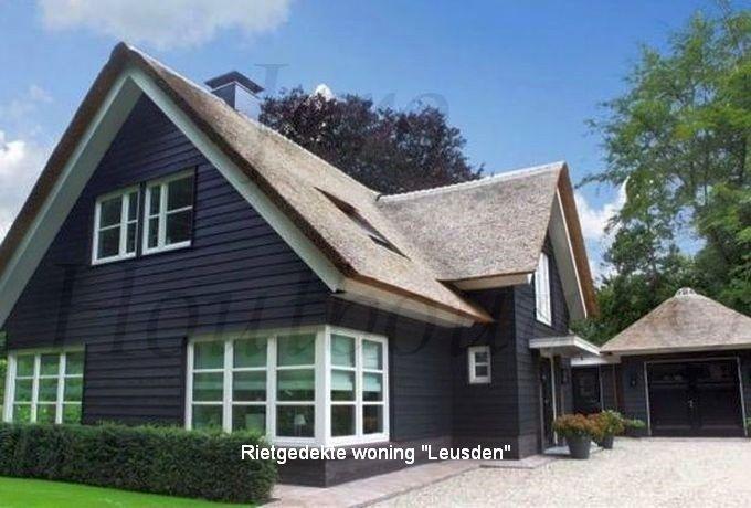 Rietgedekte woning Leusden is een voorbeeld van een landelijke woning met een modern design. Door de toepassing van een uitbouw en een prachtige kap van inlands riet kunnen we deze woning in de categorie landhuizen plaatsen. Nieuwsgierig naar onze werkwijze? Kijk op www.jaro-houtbouw.nl
