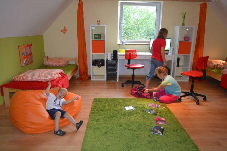Najmłodszy wolontariusz stowarzyszenia asystuje dziewczynkom w poznawaniu pokoju na nowo :)