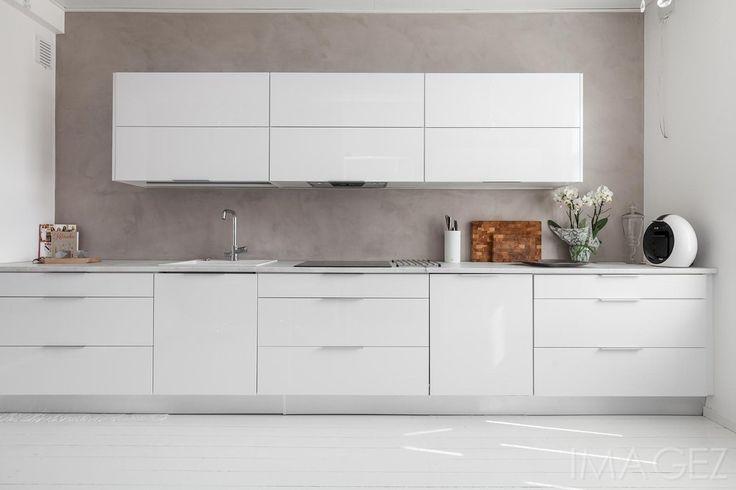 Valkoinen keittiö mikrosementtiseinällä - Etuovi.com Sisustus