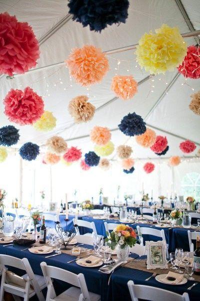 Pompons colorés bleu marine, orange, jaune, rouge à suspendre pour décoration de salle de fête