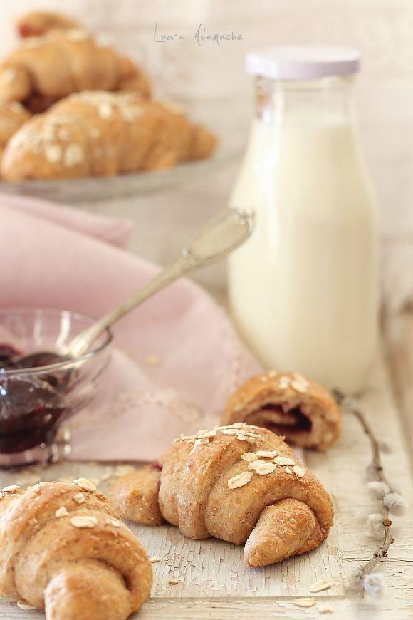 Cornuri integrale cu gem reteta. Aluat cornuri integrale reteta. Cornuri integrale mod de preparare si ingrediente. Reteta cornuri pentru mic dejun.