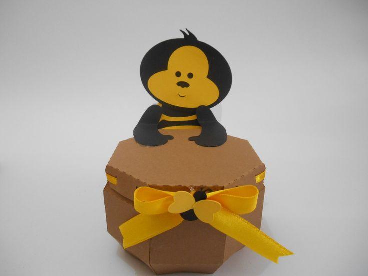 Linda Abelhinha para enfeitar sua mesa principal dando um charme exclusivo a sua festa! <br> <br>Caixinha de papel decorada para festa no tema abelha com 8,5 X 5cm altura <br> <br>caixa para guloseimas <br>minimo 20 unidades <br> <br>Criação Tania Freitas para Dona Dondoca Criaçoes <br> <br>Despachamos para todo Brasil, mediante correios.