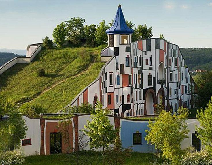 Hundertwasser, mon ikke han er lidt inspireret af Gaudi  :)