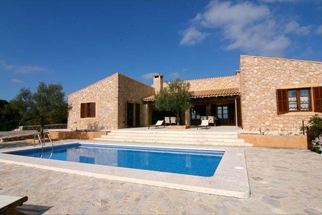 Finca Mallorca in absolut ruhiger Lage im Nordosten Mallorcas. Großes 8 Personen Landhaus mit komfortabler und stilvoller Einrichtung und Swimmingpool, Internet - Finca Mallorca online buchen. Erholungsurlaub, Entspannung mit Meerblick.