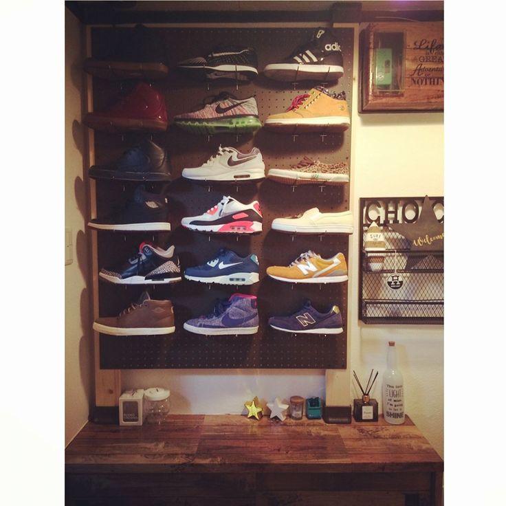 お気に入りの靴やスニーカーをかっこよく魅せて収納しちゃいませんか☆自宅で簡単に作れる魅せるシューズラックの作り方や、どんどんあふれる子供靴の収納ラックの作り方をご紹介致します!材料もリーズナブルに揃えて、玄関をスッキリさせちゃいましょう♪