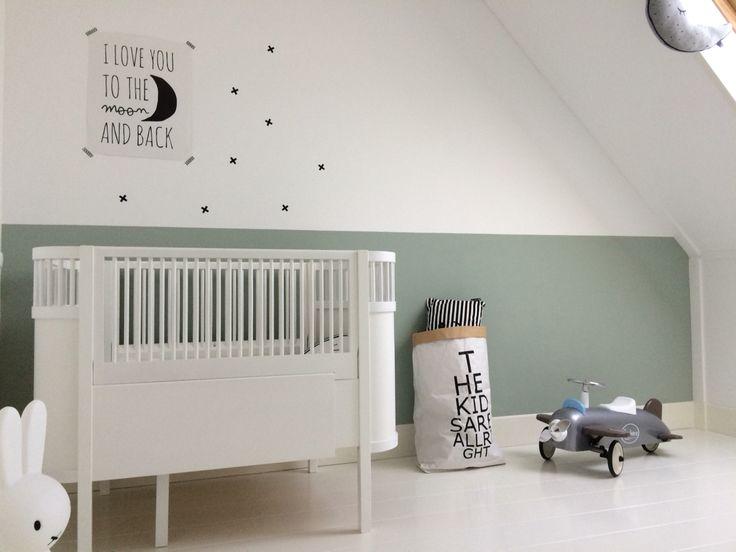 Babykamer babyroom | Kleur - Earlydew Flexa | Bed - Sebra Kili | Poster - Paqhuis.nl | Vliegtuig - Bagera | Opbergzak - EnlasNubes.nl | X sticker - EnlasNubes.nl