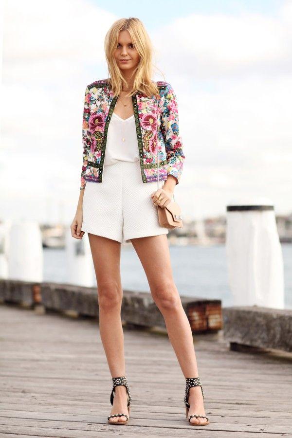 look-total-white-jaqueta-estampada-isabel-marant-sandalia-salto-bloco-medio-street-style