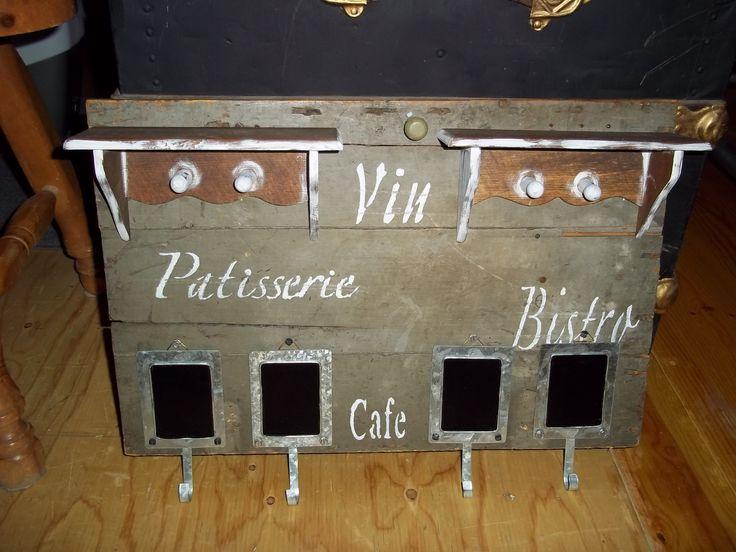 vieux panneau de bois avec une patine naturelle, crochets tableau noir et petites tablettes vide poche.