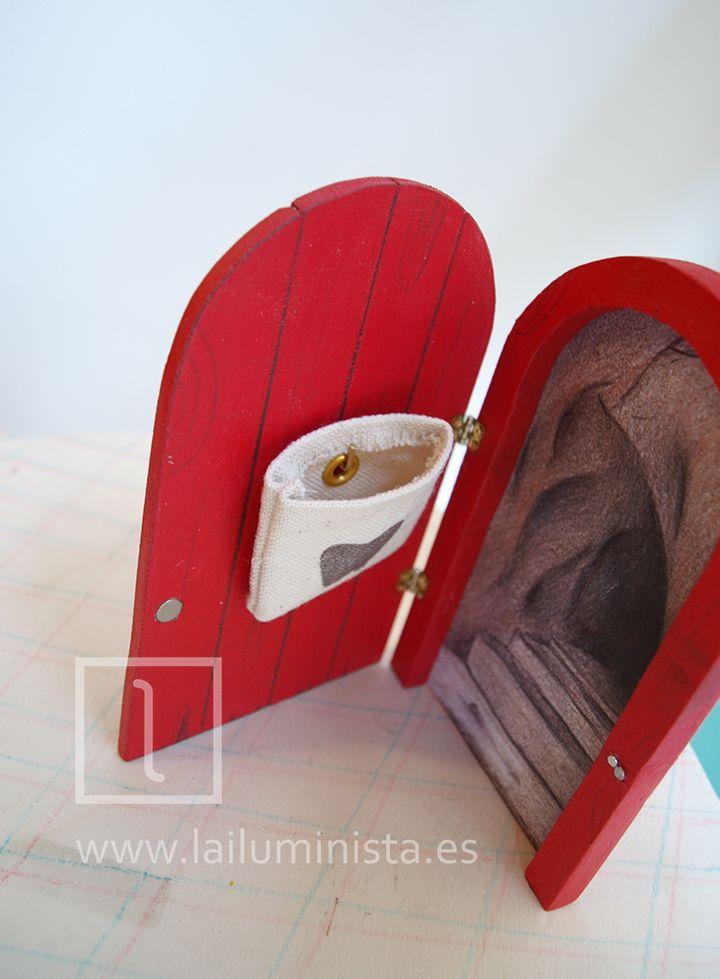 Puerta para el ratoncito Pérez que se abre con saquito para dientes de leche en su interior. Saco decorado con el dibujo de una muela.