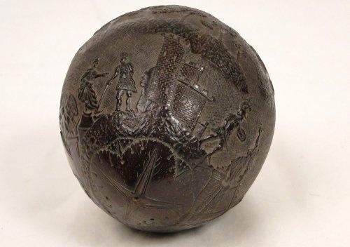 CATÉGORIE : Art populaire     ÉPOQUE : 19e siècle  Noix de coco sculptée, décor camp et soldats romains, XIXè