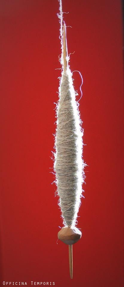 Filatura a fuso sospeso. Drop spindle spinning.  #experimentalarcheology #handspinnig #OfficinaTemporis https://www.facebook.com/OfficinaTemporis.ArcheologiaSperimentale