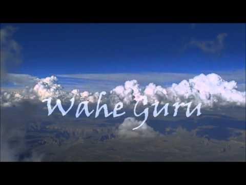 """Wahe Guru se pronuncia """"waa-je guruu"""". Guru está compuesto por dos conceptos: Gu que significa oscuridad y Ru que significa luz. Así Guru es aquél o aquello que nos lleva de la oscuridad a la luz. Wahe es una expresión de júbilo o éxtasis. la traducción de este mantra sería:  """"Estoy en éxtasis cuando experimento la Sabiduría indescriptible.""""    Es..."""