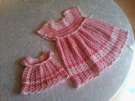 En hækleopskrift på en sød babykjole, der kan tilpasses i størrelse og mønster efter behov. Kjolen er størrelse 3-6 mdr.