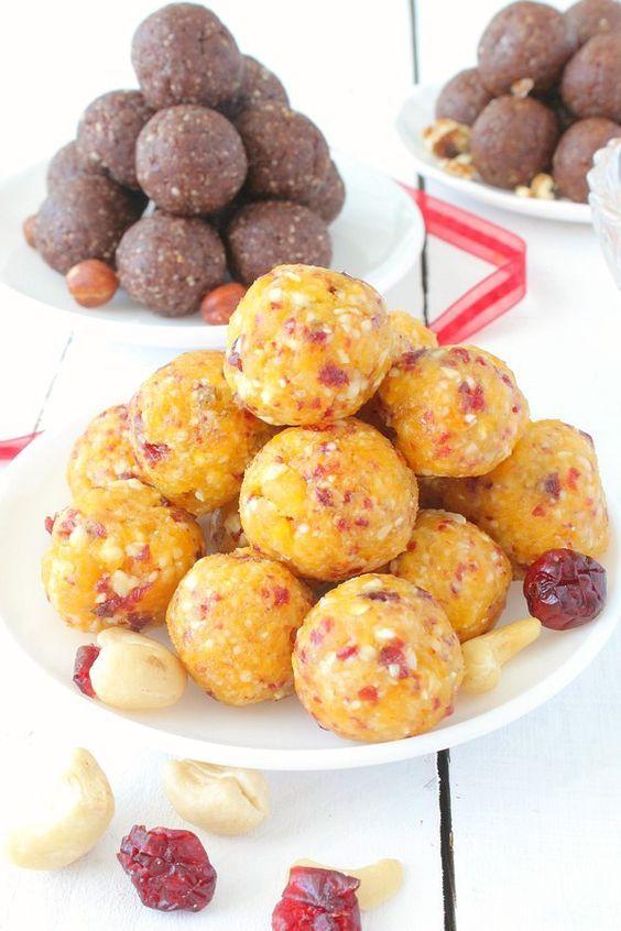 """Très tendances sur la toile, les """"energy balls"""" sont les nouveaux snacks sains du moment ! Le principe est très simple : il suffit de mixer des fruits séchés moelleux de type dattes ou abricots et d'y ajouter des fruits secs (noisettes, noix, pistaches,..."""