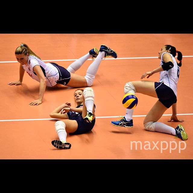 Italian players fail to reach the ball during their match of the 2016 Women's Olympic Qualification Tournament in Tokyo, Japan, 20 May 2016. The Netherlands won the match.  EPA/FRANCK ROBICHON (MaxPPP #photo #photos #pic #pics #picture #pictures #art #beautiful #instagood #picoftheday #photooftheday #color #exposure #composition #focus #capture #moment #sport #photojournalism #photojournalisme #maxppp