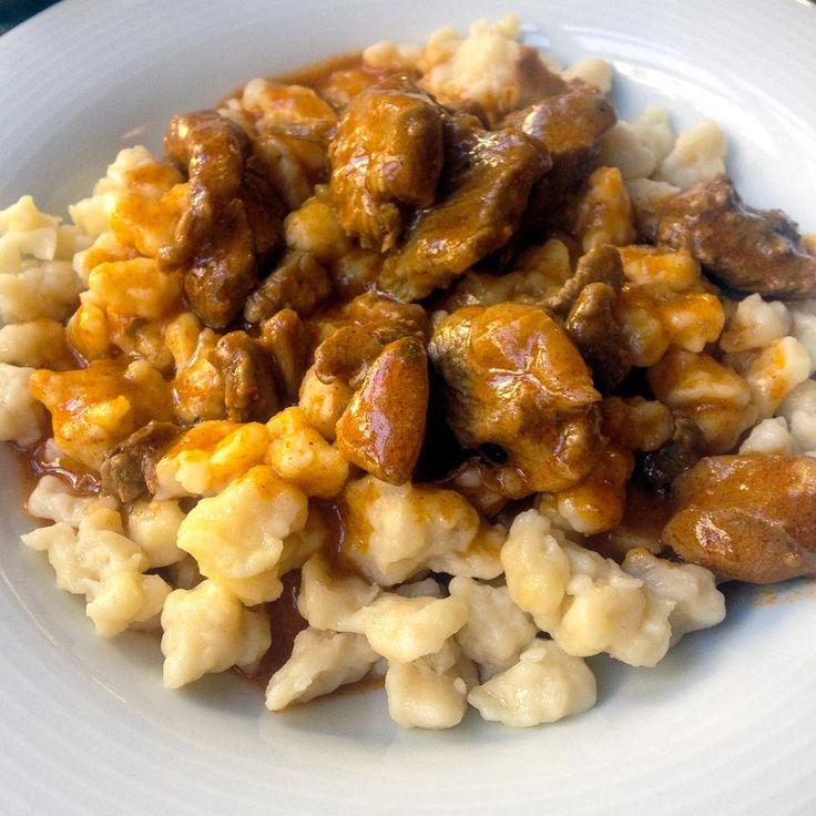 Frische Knöpfle mit zartem Kalbsgulasch  Zaubern Sie Ihren Lieben doch mal Kalbsgulasch auf den Tisch – das Lob wird nicht lange auf sich warten lassen!  http://einfach-schnell-gesund-kochen.de/frische-knoepfle-mit-zartem-kalbsgulasch/