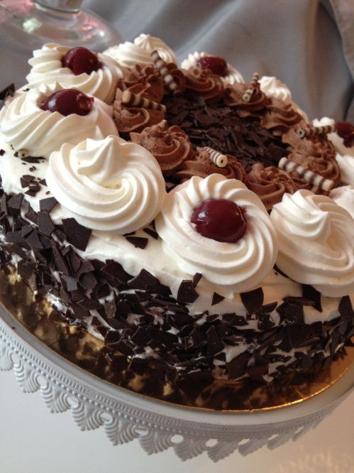 """La """"Forêt Noire"""", ce grand classique de la pâtisserie qui fait l'unanimité chez les amateurs de chocolat et de chantilly et surtout chez ma maman. J'en avais déjà fais une, il y a quelques jours, n'étant pas satisfaite du résultat, j'attentais qu'une..."""