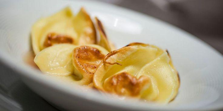 Ravioli tostati di patate e pecorino affumicato con brodo di cipolla di Tropea