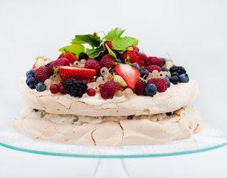 Urodzinowy tort bezowy z owocami