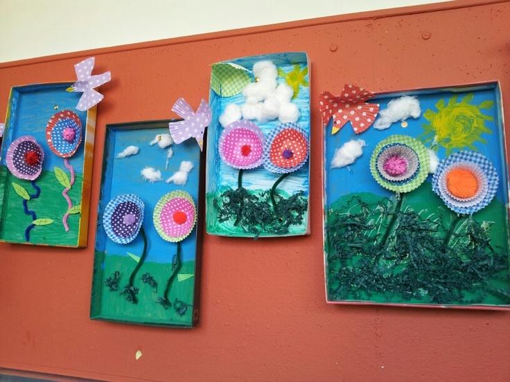 Schilderij van schoendoos deksel en bloemen en vogel van cupcake vormpjes.  Kids ♥ it!