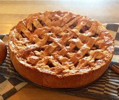 Het recept voor ouderwetse appeltaart. Een heerlijke oud-Hollands recept met echte roomboter, suiker en natuurlijk appels.